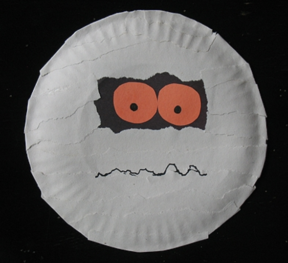 This paper plate mummy is a super easy Halloween craft for kids.