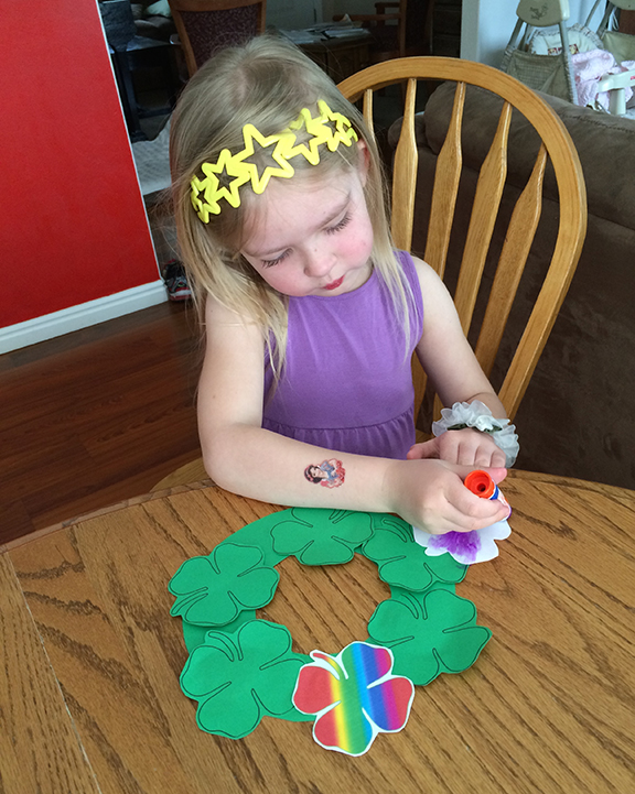 This St. Patrick's Day Wreath is really easy for kids to make -- and it takes little preparation on Mom's part!