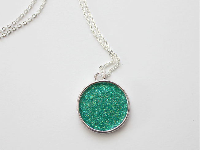 This glitter necklace is a feature at Party in Your PJs link party.