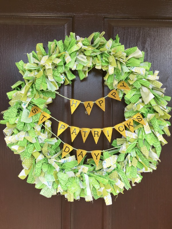 This St. Patrick's Day wreath is featured on Party in Your PJs link party.