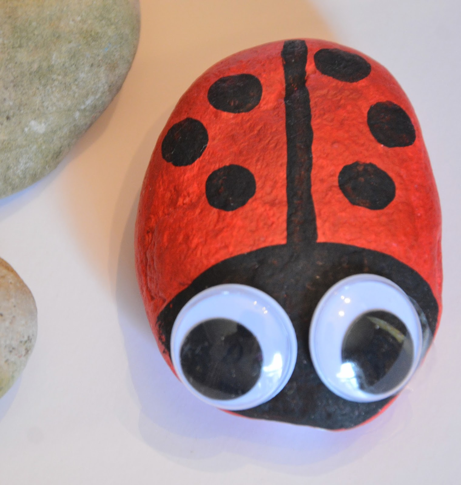 This lady bug rock craft was shared at the Party in Your PJs link party.