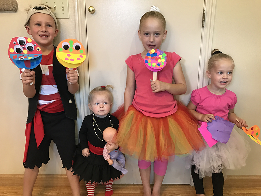 These monster mouth puppets are a super easy Halloween craft!